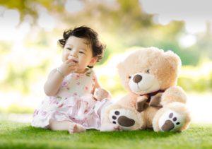 Imagen que muestra una bebé sentada en el suelo