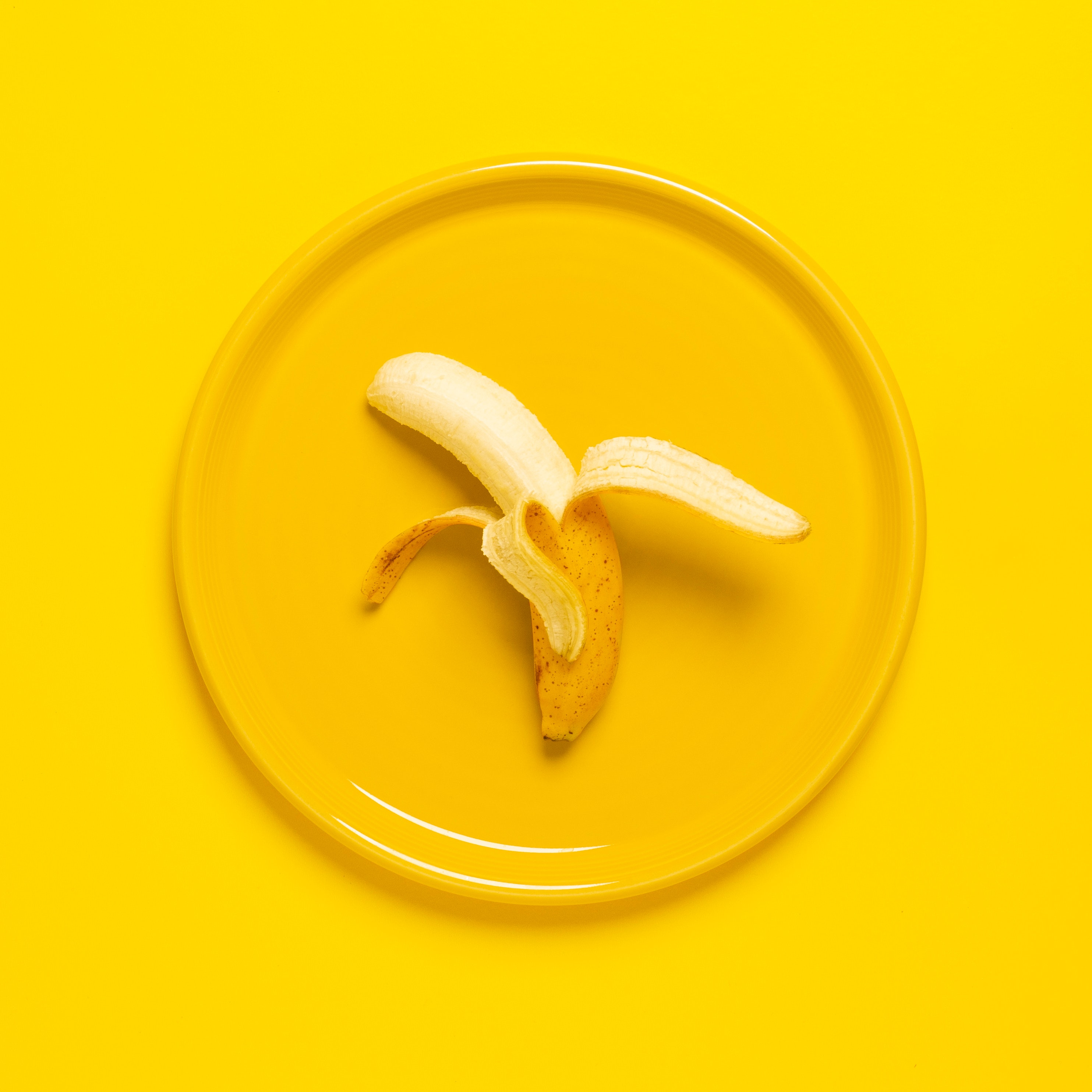 imagen que muestra un plátano sobre un fondo amarillo