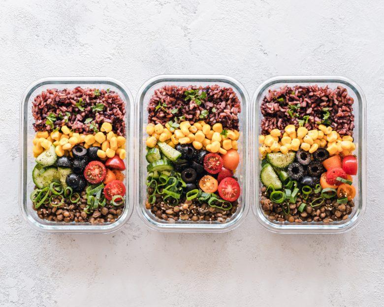 Imagen que muestra unos platos con diferentes tipos de legumbres
