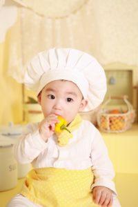 bebé comiendo solo