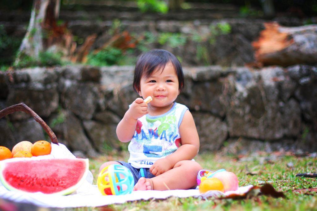 Bebé alimentándose con la técnica del BLW o baby-led weaning