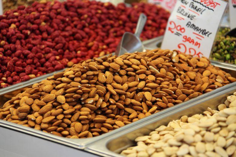 Imagen en la que pueden verse contenedores con diferentes tipos de frutos secos.