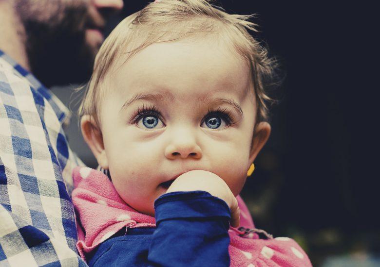 Fotografía de un bebé asustado