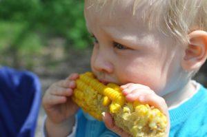 Niño comiendo lo que quiere