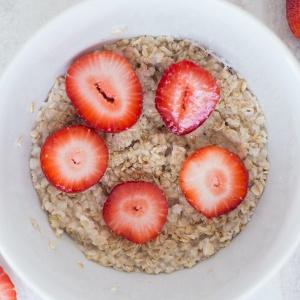 porridge de avena y fresas